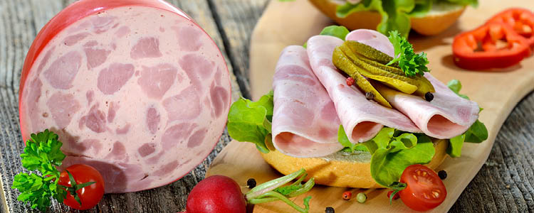 """<p class=""""text-justify"""">Jede Woche produzieren wir aus besten Rohstoffen in viel Handarbeit und mit Liebe zum Detail unsere zahlreichen Aufschnitt-Sorten: Klassiker, wie Mortadella, Jagdwurst und der fleischige Bierschinken. Aber auch handgelegte, würzige Pasteten, wie Käse-, Pfefferfilet-, Mittelmeerhähnchen- oder Peppadew-Pastete, alles leckere Delikatessen, die für Abwechslung auf Ihrem Frühstücks- oder Abendbrottisch sorgen. Dazu kommen reine Geflügelprodukte (ohne Zusatz von Austauschstoffen, wie z. B. Pflanzenöl): Geflügelmortadella, Geflügeljagdwurst oder Geflügelgutswurst. </p>"""