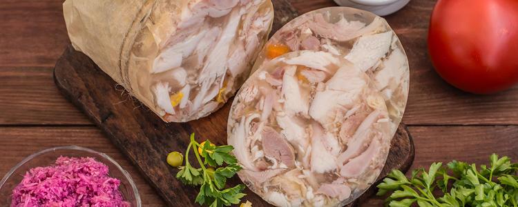 """<p class=""""text-justify"""">Alle unsere Rotwurst- und Sülzsorten sind besonders eiweißreich und enthalten viel mageres Fleisch. Aus dem Bereich der Rotwurst produzieren wir wöchentlich frisch Landrotwurst und Ringrotwurst. Sie sind mild geräuchert und kräftig im Geschmack, so dass sie nicht nur der älteren Generation besonders zusagen. An Sülzen halten wir mit Rindfleisch-, Geflügel- oder Schweinefleischsülzen für jeden etwas bereit. Empfehlenswert zu frischem Schwarzbrot oder zu Bratkartoffeln.</p>"""